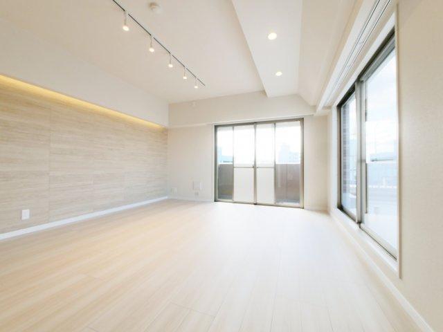 洋室4.8帖 明るい2面採光の一室