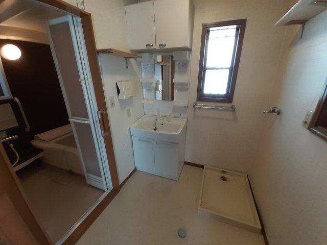 ゆったりとスペースのある洗面所です