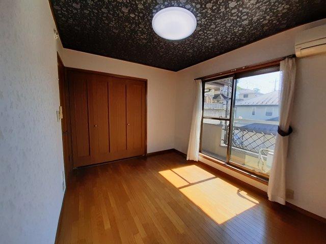 2階洋室(6帖) ベランダ出入り可能です