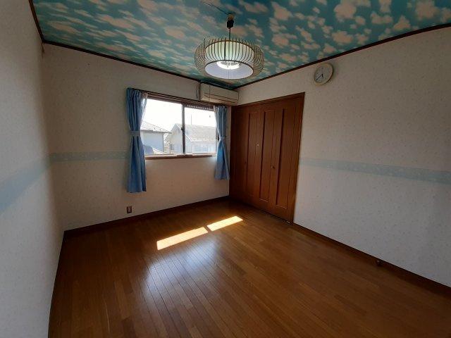 2階洋室(6.5帖)です