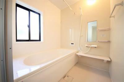 大きな窓付きの浴室。こちらも明るい空間です。浴室乾燥機付き。