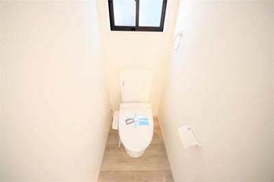 コンパクトなトイレ。お掃除も楽にできそうですね。