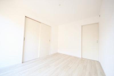 1F洋室。6帖&南面で暮らしやすそうなお部屋です。