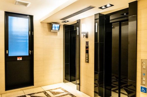 【エレベーター】気品ある大理石をデザイン貼りし、ダウンライトの柔らかい光がご帰宅を優しくお迎えします。