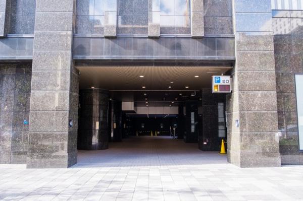 【駐車場出入口】地下3層に分譲ガレージがございます。