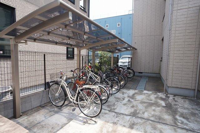 自転車の出し入れもしやすい広い自転車置場です。
