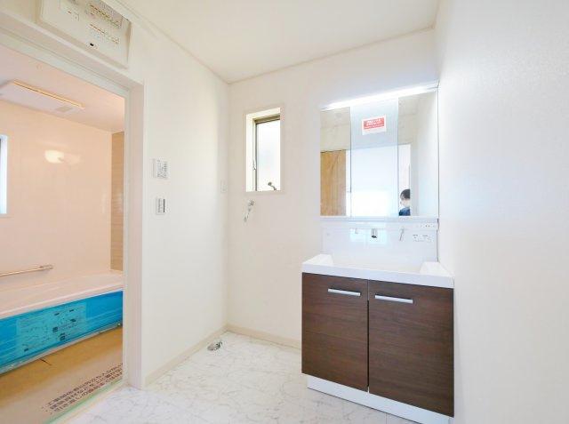 使い勝手のよい三面鏡の洗面台 鏡裏にも収納がございますので、水回りをキレイにお使いいただけます 洗面室も広々としているのでお子様との入浴にも便利です