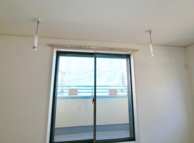 2階リビングには雨の日のお洗濯や花粉の時期など外に干せない日の為に便利な室内物干しがございます