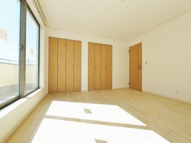 3階8帖の洋室 壁面ワイドな収納が魅力的です