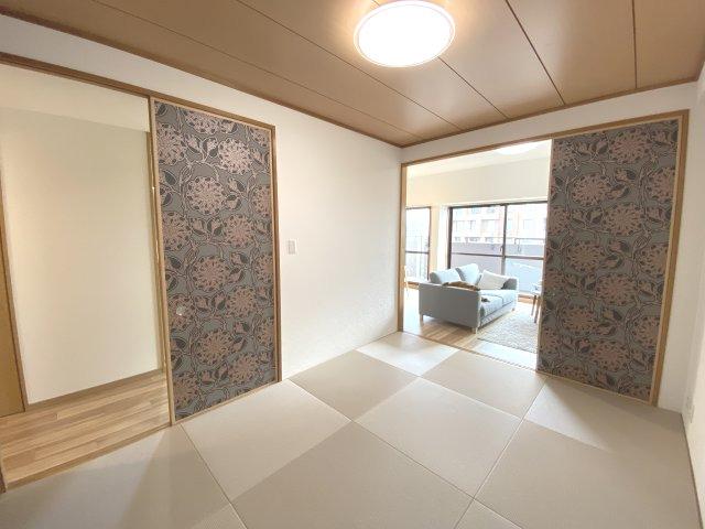 琉球風な畳仕様にしてみました♪ 壁紙、襖は1000番台クロスを使用してます♪