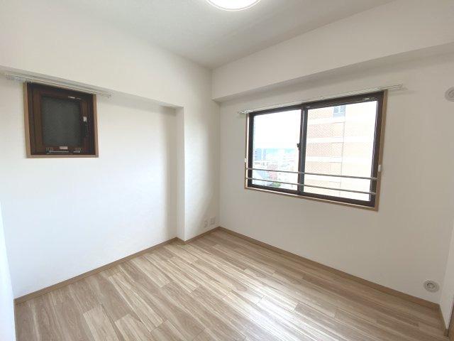 洋室① 角部屋ならではの2面に窓付いてます!