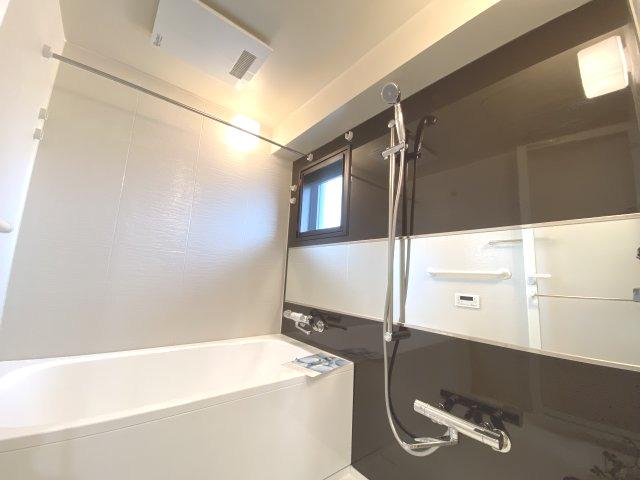 洗い場が広いお風呂です! 浴室乾燥機も付いていますので雨の日の 室内干しに便利♪