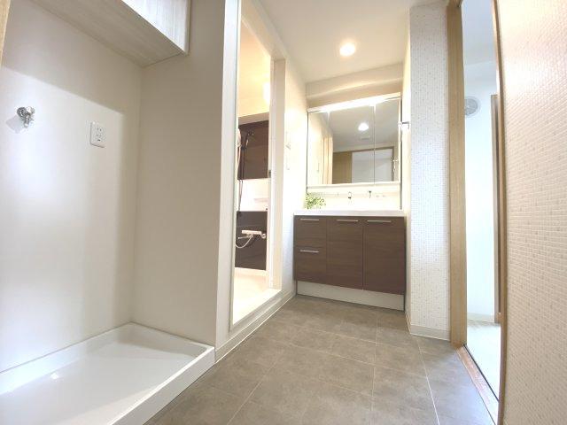 脱衣所に収納があり、バスタオルや洗剤も嵩張らずに収納出来ちゃいます♪ キッチンと廊下と繋がっていますので出入りに不自由なしです!