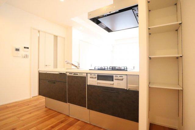 お料理をしながらでもご家族との会話を楽しめる対面キッチンです。 新品キッチンは食洗機つきなので、忙しい朝もサッと片づけできていつでもキレイなキッチンをキープできます