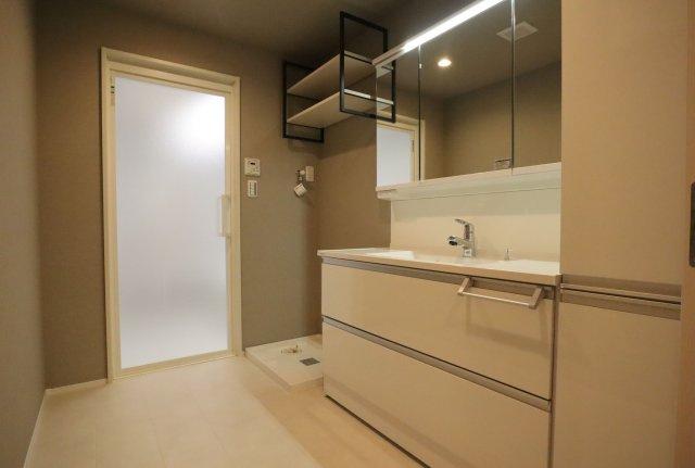 鏡裏、洗面台下部、リネン庫など収納スペースがたっぷり設けられています。広い洗面で朝の身支度も楽々♪