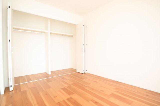 リビング横の6帖の洋室。バルコニーに面した明るいお部屋でたっぷりのクローゼットを備えており、書斎やファミリールームとしても利用できます