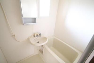 浴室にも窓がついており換気も楽々★