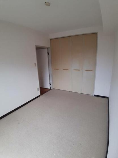 玄関側の洋室は、現状でもたっぷりとした収納が備えられています。