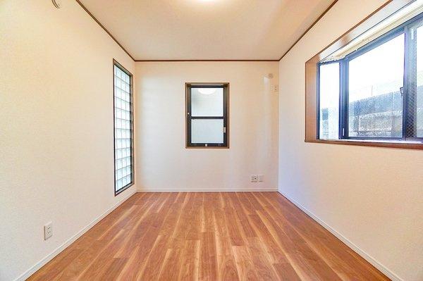 三面採光の明るいお部屋となっております。 落ち着きのある洋室です!