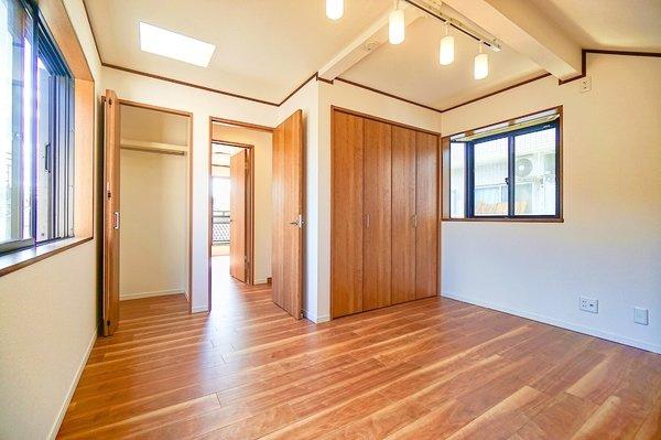 二面採光+トップライトで明るいお部屋となっております。 落ち着きのある洋室です!