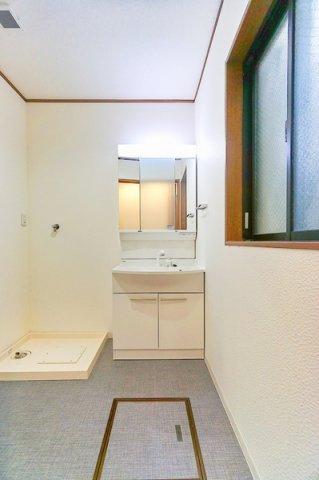 お化粧もしやすい三面鏡付き独立洗面台、 大きな窓があり換気も容易です。
