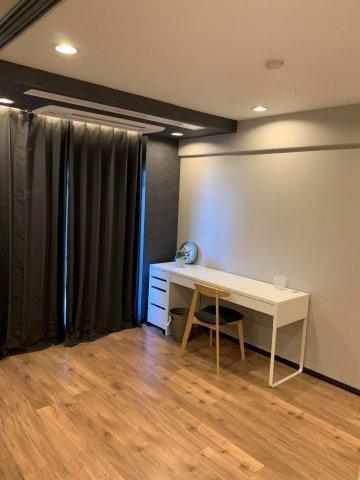 洋室(約6.0帖):南向きバルコニーに面した明るいお部屋です♪ ビルトインエアコン、家具付きですので、直に生活を初められますね♪