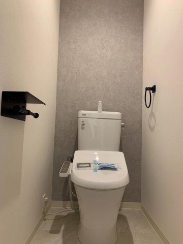 新調し立てのトイレはピカピカで気持ち良くご利用いただけます。