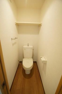 個室タイプ・棚付きのトイレです