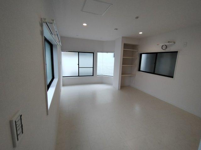 洋室(9.0帖):三面採光のとても明るいお部屋です。 備付の棚も嬉しいですね♪