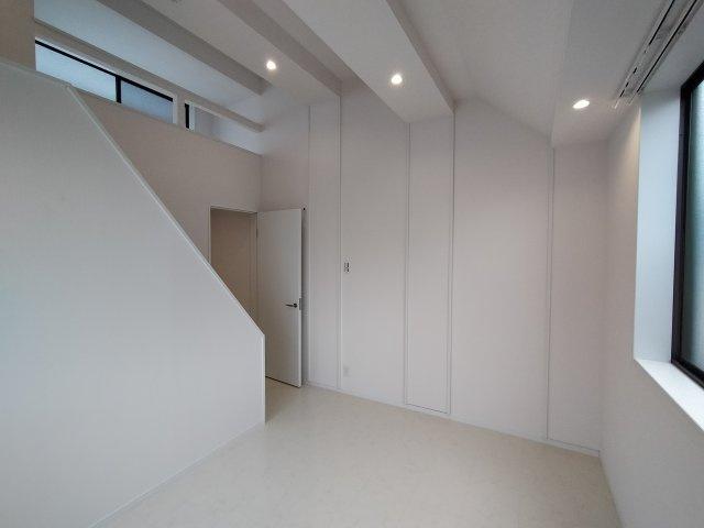 ロフトからの採光や高さがあるので開放感がありオシャレな内装のお部屋です