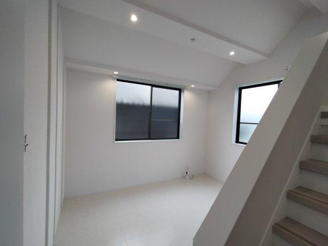 ダウンライトもふんだんに使われており階段がお部屋にある事で開放感もありますね♪