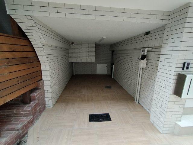 ビルトインガレージがございます。小型車専用 ガレージ側にも玄関がございます。