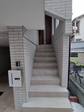 階段上がると玄関がございます。