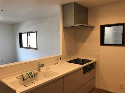 オープンタイプの対面式キッチンですと熱がこもらず窓があるので逃がす事もできますね♪