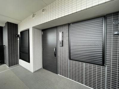 玄関前スペースです。シックで綺麗な玄関は羨ましいですね♪