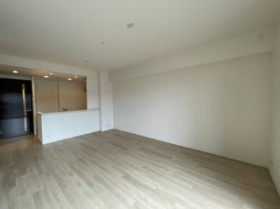 カウンター付きキッチンです。シンプルでホワイトオーク調の床材なので明るくて広く感じます。