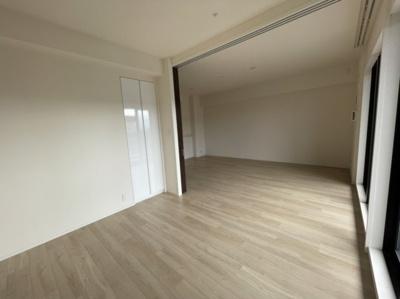 洋室の横にリビングダイニングがありますのでドアの仕切りを開けると広くご使用いただけます。お子様の部屋にするのもオススメですね。