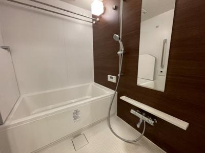 窓付きの浴室なので吸気ができる為、換気が効率よく換気ができます!窓を開けて換気扇を回すと湿気がとれてカビ防止にもつながります。清潔さを保つのにとても有効です☆