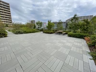 広い屋上庭園は居住者様の憩いの場にもなります。お友達も増えそうですね。