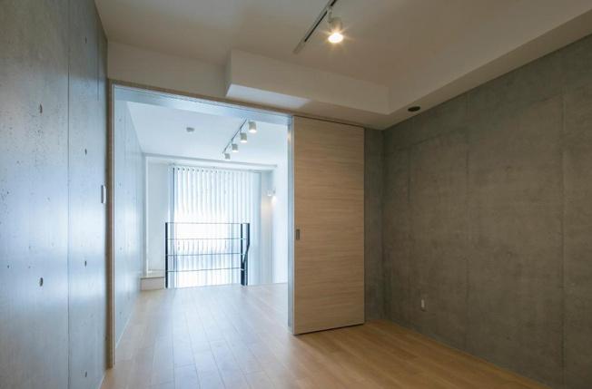 リビングと寝室の2部屋をつなげて広々と使えます、開放的!!