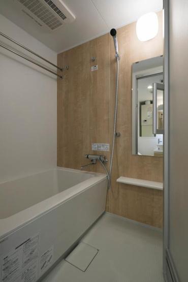 広々とした空間に清潔感とぬくもりのあるデザイン