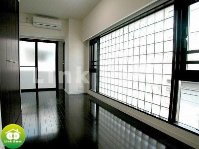 2面採光の洋室は明るく開放感があります
