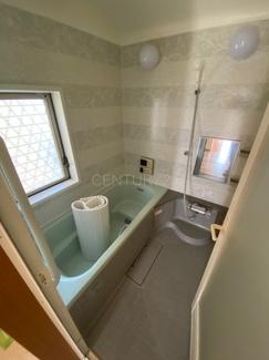ゆったりと寛げる大型バスタブ。 足を伸ばしたまま入浴可能です。 浴室乾燥機付きで天候が悪い日でも洗濯をして衣類を乾燥させることができます。