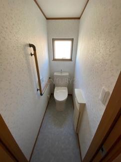 温水シャワー洗浄機能付きです。 手摺り付きです。