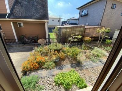 お庭が見渡せるリビングからの眺望です。 土地付き一戸建ての楽しみでもあるお庭、好みに合わせた植栽、ガーデングも毎日楽しめます。