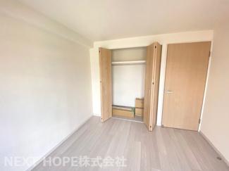 洋室6帖です♪大きなクローゼットが設けられております!建具も新調さております(^^)
