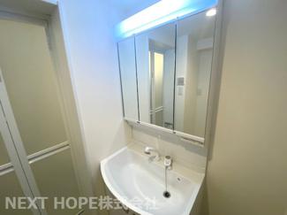 新品の洗面化粧台です♪シャワー水栓で使い勝手もいいですね(^^)鏡は三面鏡です!鏡の後ろは小物収納に練っております!