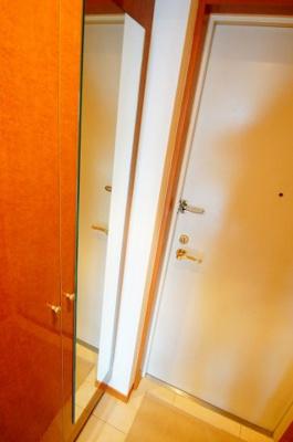 玄関に姿見鏡あります。
