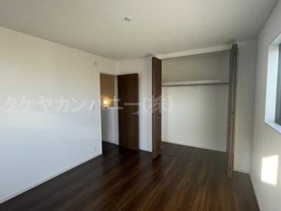 (同仕様写真)閑静な住宅街が見渡せるバルコニーは陽当たりも良好!2部屋がバルコニーに面しています。