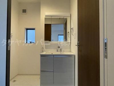 (同仕様写真)身だしなみを整える洗面所は、いつも清潔にしておきたい場所!換気、明かり採りの窓も完備!明るいです!